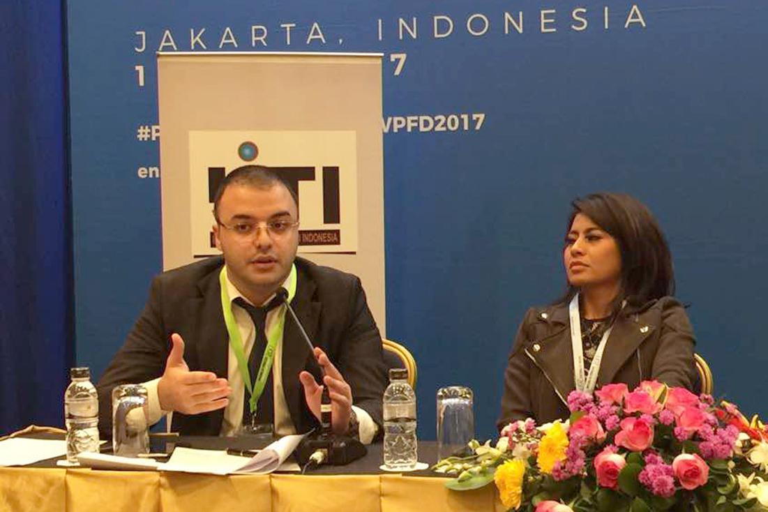 """Atase Pers Kedutaan Besar Rusia Nikolay Karapetyan (kiri) menjelaskan posisi Rusia terkait maraknya pemberitaan bohong terhadap negaranya pada seminar """"Melawan Berita Bohong, Memberdayakan Media Siber"""" di Jakarta, Senin (1/5)."""