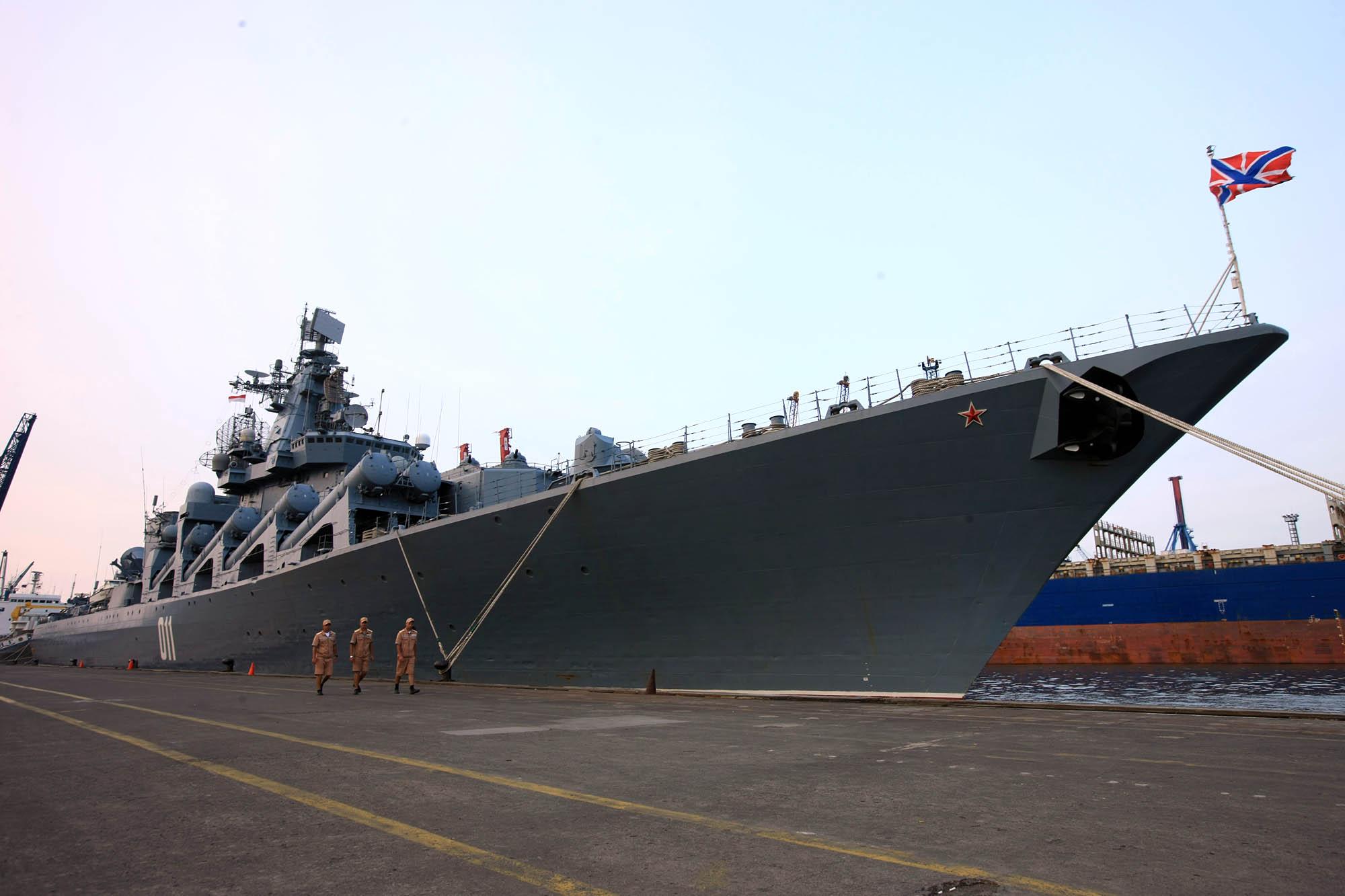 Beberapa awak kapal tampak berjalan di samping kapal jelajah 'Varyag' di Pelabuhan Jakarta International Container Terminal (JICT) 2, Tanjung Priok, Jakarta, Selasa (23/5). Kapal jelajah andalan Armada Pasifik Rusia ini sempat dikirim ke lepas pantai Suriah pada awal 2016 lalu untuk menggantikan kapal jelajah 'Moskva' yang saat itu disiagakan untuk menjaga keamanan Pangkalan Udara Hmeimim di Suriah sejak 25 November 2015.