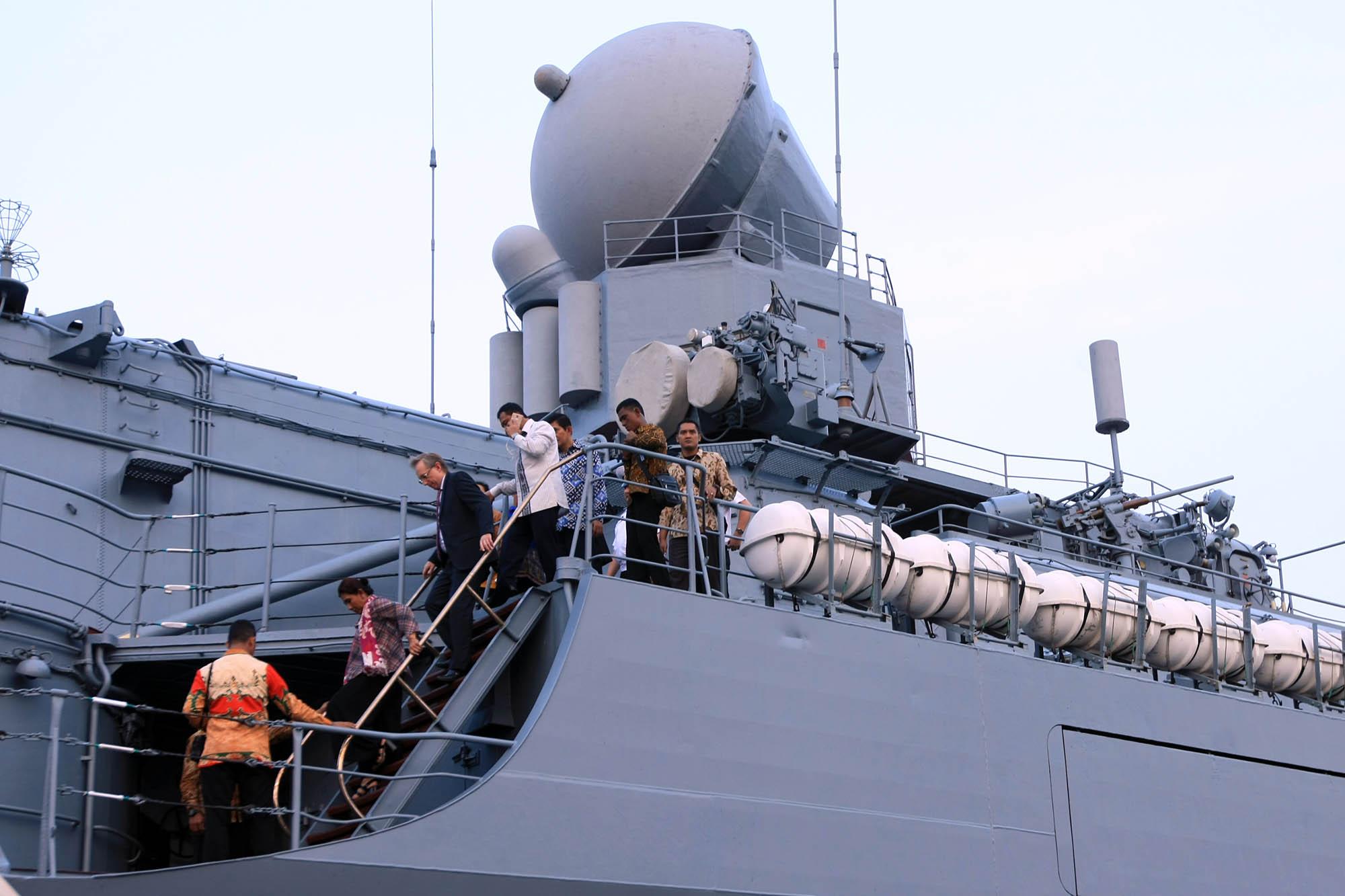 Menteri Kelautan dan Perikanan Susi Pudji Astuti (kedua dari kiri) didampingi Duta Besar Rusia Untuk Indonesia Mikhail Galuzin (ketiga dari kiri) meninjau kapal jelajah 'Varyag' di Pelabuhan JICT 2, Tanjung Priok, Jakarta, Selasa (23/5).