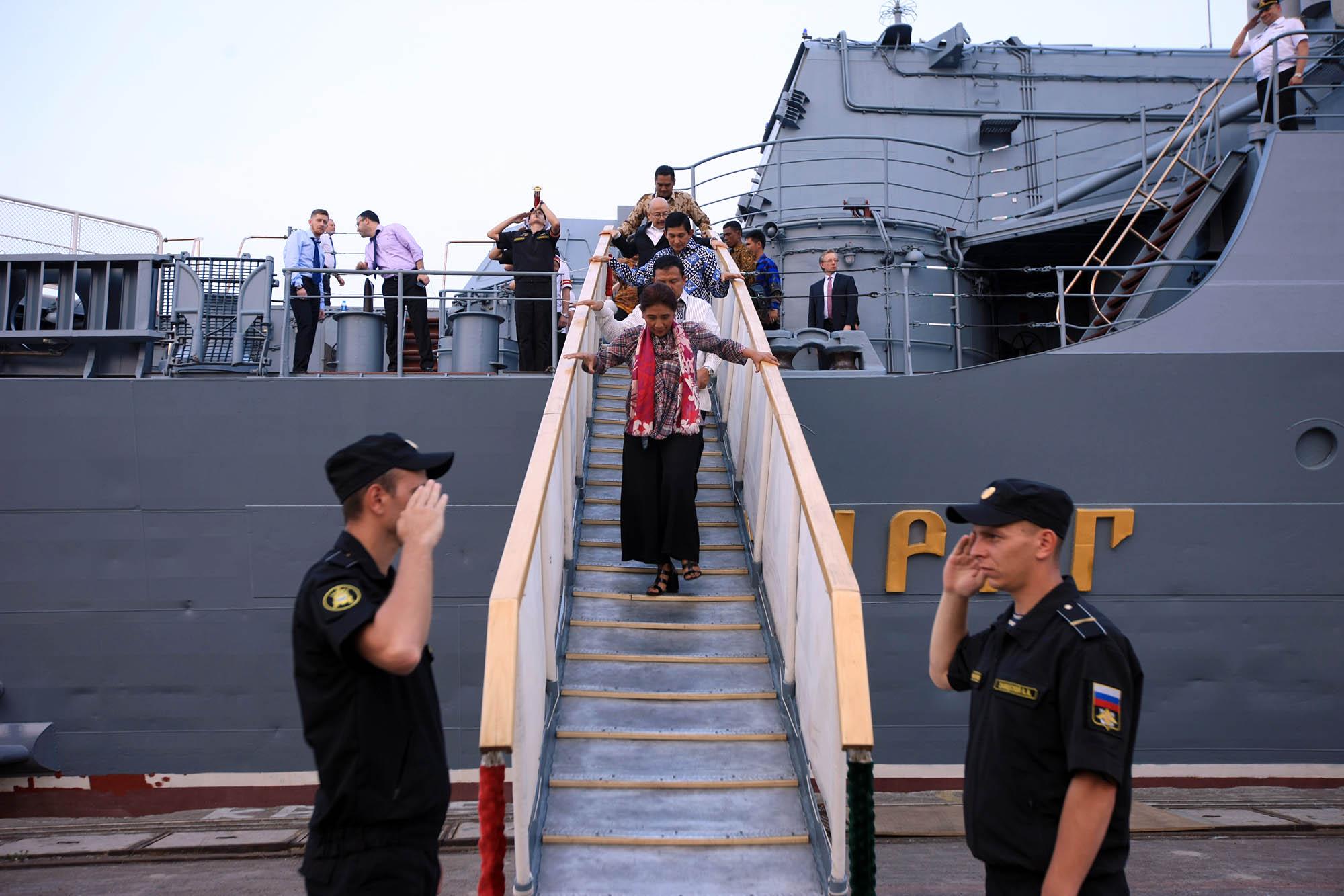 Menteri Kelautan dan Perikanan Susi Pudji Astuti menuruni tangga seusai mengujungi kapal jelajah 'Varyag' di Pelabuhan JICT 2, Tanjung Priok, Jakarta, Selasa (23/5).