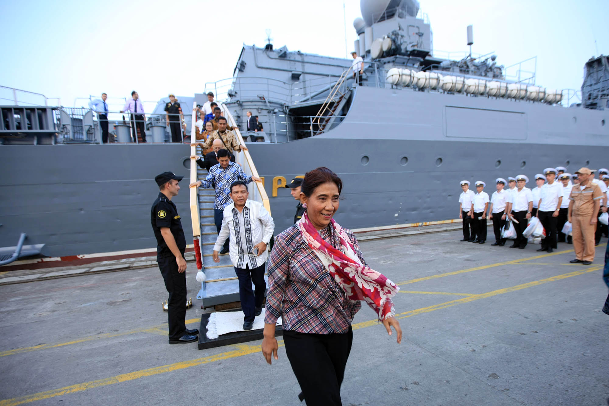 Menteri Kelautan dan Perikanan Susi Pudji Astuti meninggalkan kapal jelajah Rusia 'Varyag' di Pelabuhan JICT 2, Tanjung Priok, Jakarta, Selasa (23/5).