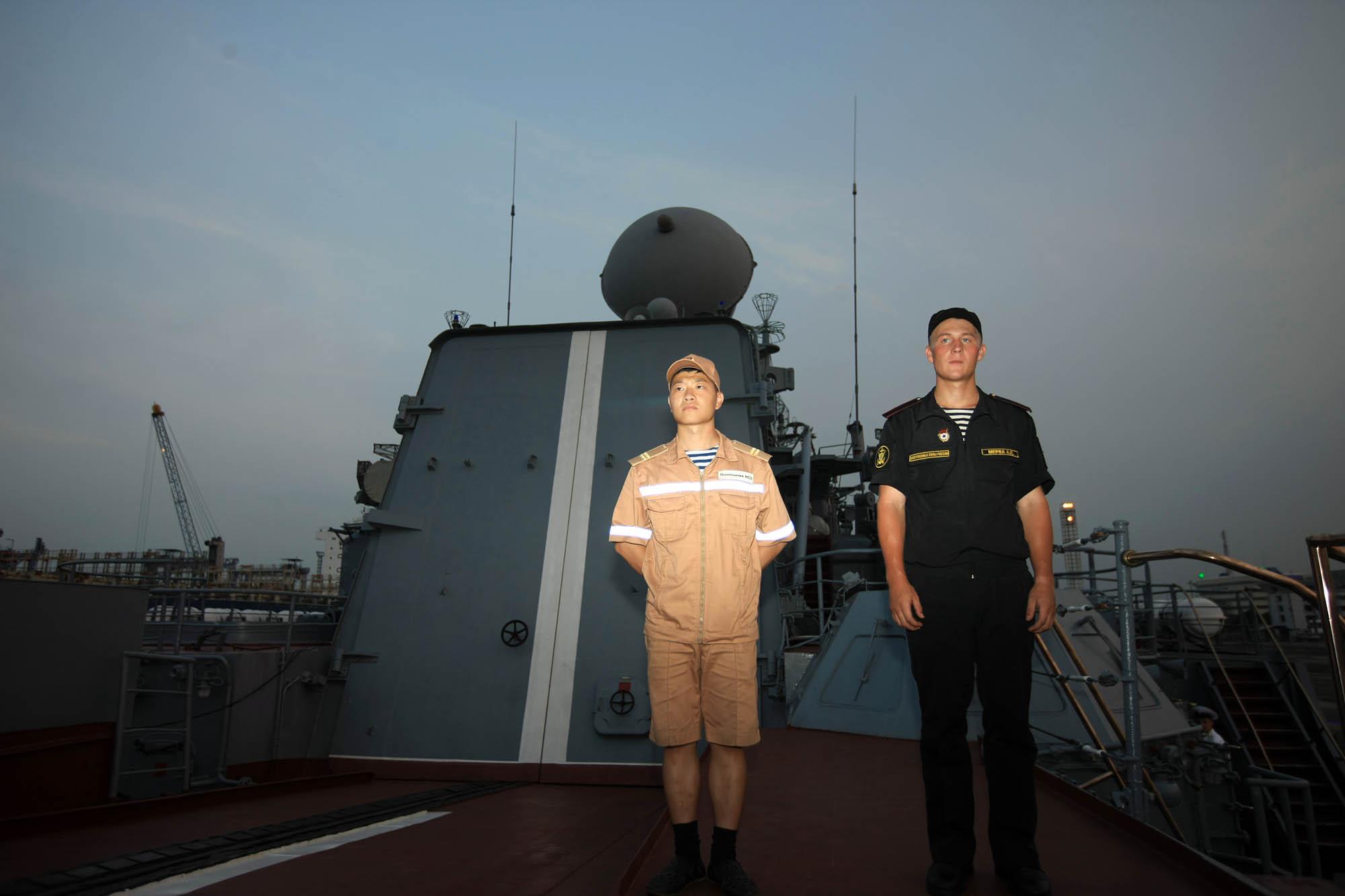 Dua orang awak kapal berjaga di kapal jelajah 'Varyag' yang tengah bersandar di Pelabuhan JICT 2, Tanjung Priok, Jakarta, Selasa (23/5). Pada Kamis (25/5), kru kapal berencana menggelar latihan gabungan di bidang komunikasi dan taktis dengan TNI-AL.