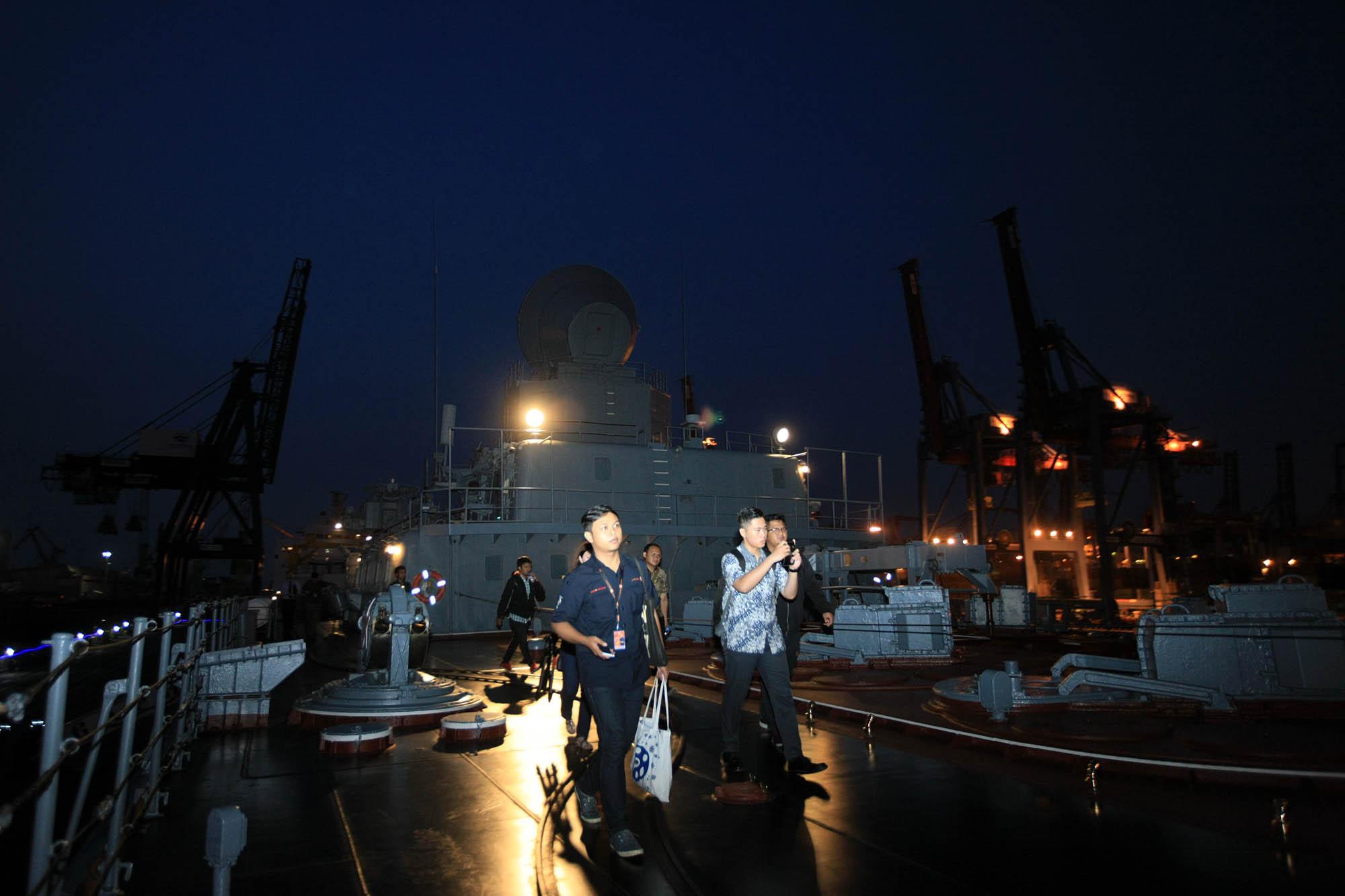 Beberapa wartawan meninjau kapal jelajah 'Varyag' saat bersandar di Pelabuhan JICT 2, Tanjung Priok, Jakarta, Selasa (23/5). Kepada para wartawan, Komandan Kapal 'Varyag' Alexei Ulyanenko menyebutkan bahwa ada 510 orang awak kapal yang bertugas di kapal jelajah milik Armada Pasifik Rusia ini.