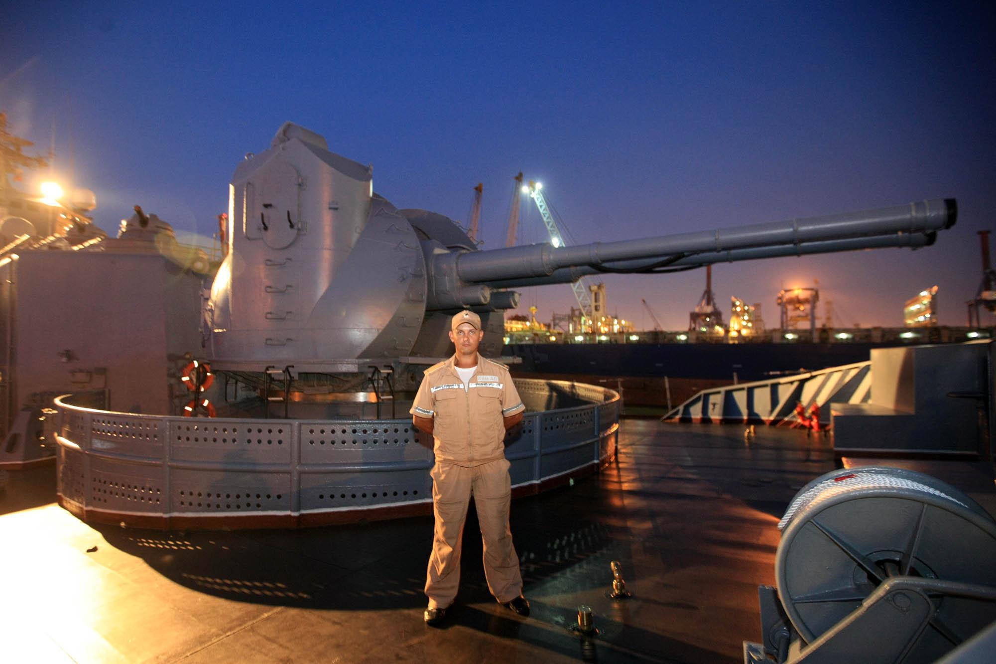 Seorang awak kapal berjaga di depan persenjataan kapal jelajah 'Varyag' saat bersandar di Pelabuhan JICT 2, Tanjung Priok, Jakarta, Selasa (23/5). Sebelum tiba di Jakarta, kapal 'Varyag' lebih dulu berlabuh di Pangkalan Angkatan Laut Changi di Singapura. Kapal berbobot sebelas ribu ton ini tiba di Singapura untuk berpartisipasi dalam Konferensi dan Pameran Pertahanan Maritim Internasional (IMDEX Asia) 2017.
