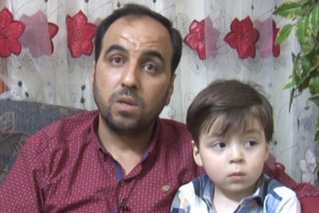 Ayah Omran, Mohammad Kheir Daqneesh, menjelaskan kepada media Rusia atas apa yang sebenarnya terjadi pada anaknya bulan Oktober lalu di Aleppo.