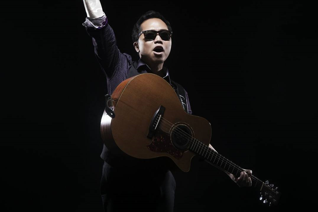 """Sandhy Sondoro terkenal dengan lagunya """"Malam Biru""""."""