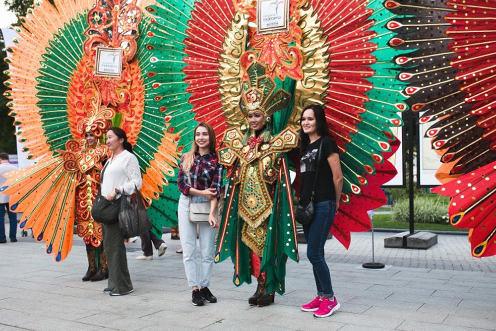 Sekitar 600 orang datang dari Indonesia sebagai peserta maupun pengisi acara dalam Festival Indonesia tahun ini