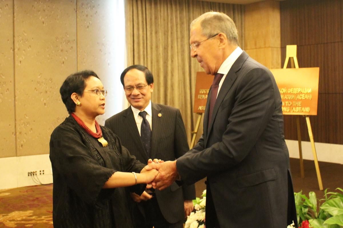 Menteri Luar Negeri RI Retno Marsudi, Sekjen ASEAN Le Luong Minh, dan Menteri Luar Negeri Rusia Sergey Lavrov seusai peresmian kantor Perwakilan Diplomatik Rusia untuk ASEAN di Hotel Mulia, Jakarta, Rabu (9/8).