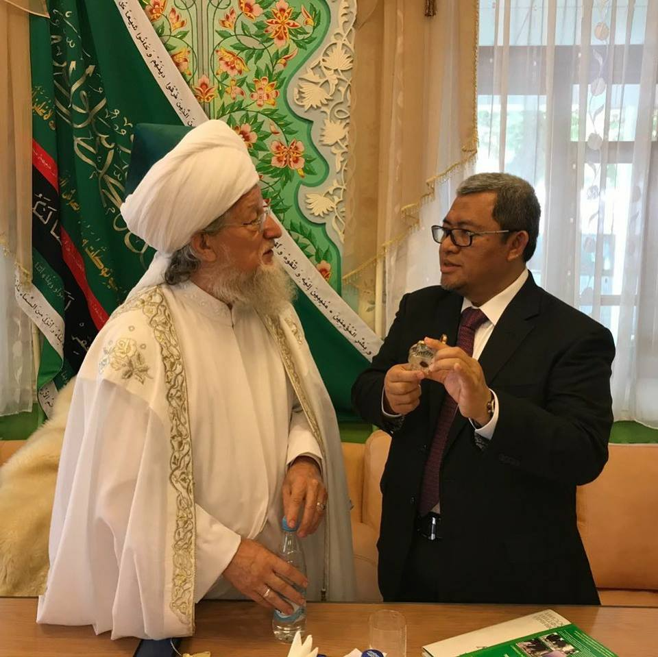 Gubernur Jawa Barat Ahmad Heryawan (kanan) berbincang dengan Mufti Agung Rusia Talgat Tadzhuddin.