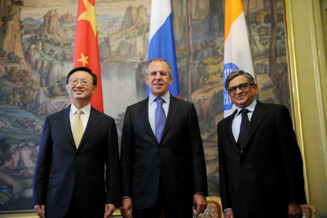 Russia's Foreign Minister Sergei Lavrov (in the middle) meets his Indian counterpart S.M. Krishna and Chinese counterpart Yang Jiechi in Moscow, on April 13, 2012. Source: AFP/East News