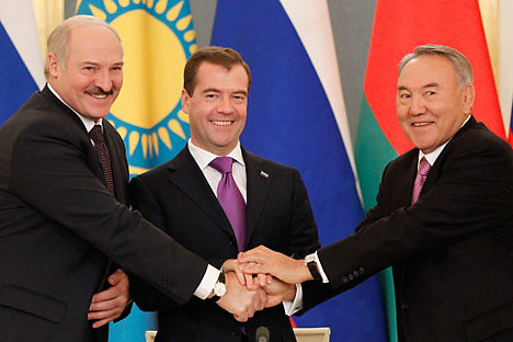 Russia's President Medvedev, Kazakhstan's President Nazarbayev and Belarus' President  Lukashenko shake hands during a signing  ceremony dedicated to the Eurasian Union issues in Moscow's Kremlin. Source: RIA-Novosti