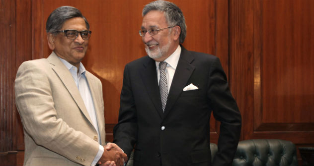 Indian Foreign Minister S.M. Krishna (L) shakes hand with his Afghan counterpart Zalmai Rassoul before a delegation level meeting in New Delhi, India, Tuesday, May 1, 2012. Source: AP