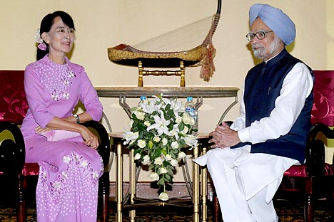 India's Prime Minister Manmohan Singh (R) talks with Myanmar pro-democracy leader Aung San Suu Kyi during their meeting in Yangon May 29, 2012.