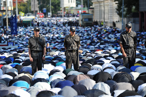 Law enforcement officers ensured public security near the Cathedral Mosque, Mira Avenue, during the Muslim festival of Uraza Bayram marking the end of the Ramadan fast. Source: RIA Novosti / Artem Zhitenev