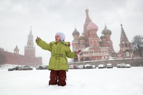 For many Muscovites, the only way to ring in the New Year is standing in the falling snow, near St. Basil's, listening to the chimes from the Kremlin clock tower. Source: Lori / Legion Media