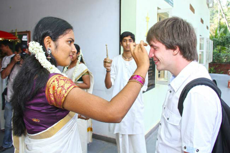 Indian youth welcomes Russian school children in Trivandrum. Source: RCSC