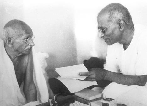 Gandhi and Chakravarthi Rajagopalachari in Mumbai, September 1944. Source: gandhiserve.org/wikipedia.org