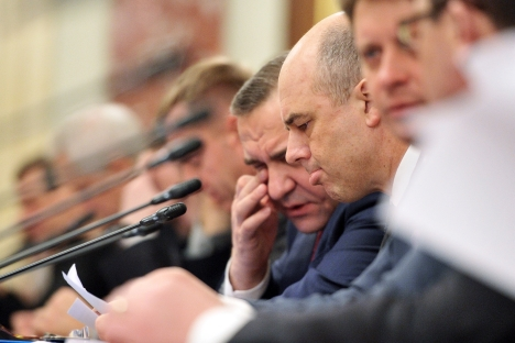 Finance Minister Anton Siluanov (pictured right) said that the problem of shadow economy partly results from the fact that 25 percent of Russia's money mass is cash. Source: Kommersant