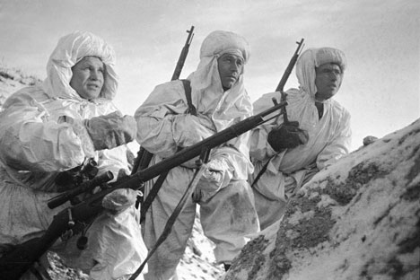 Sniper, Hero of the Soviet Union Vasily Zaitsev (left) examining the task to beginners, Stalingrad, 1942. Source: RIA Novosti