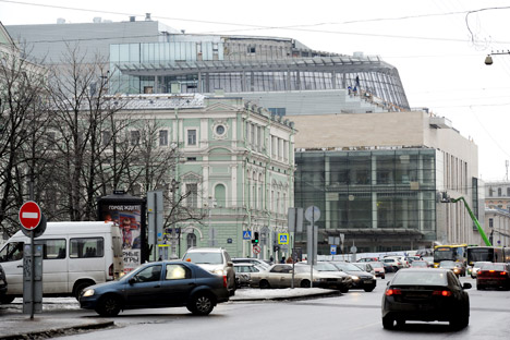 The new building occupies an entire city block in central St. Petersburg and is being built in close vicinity to the historic Mariinsky building. Source: ITAR-TASS