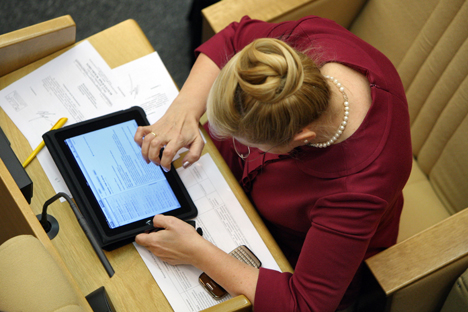 Special app on IPad allows deputies to view documents and comment on their colleagues' proposals. Source: Kommersant