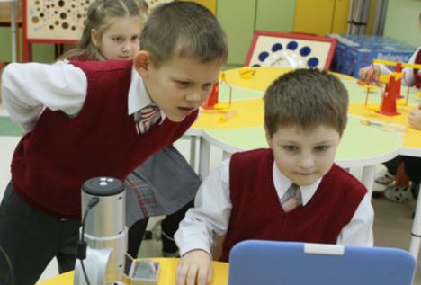 Um projeto de lei sobre o restabelecimento do uniforme escolar foi apresentado à Duma de Estado no final de Abril e, muito provavelmente, os alunos das escolas já estarão uniformizados a partir de primeiro de setembro Foto: ITAR-TASS