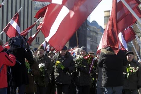 Letna procesija v času latvijskim Waffen SS, ki jih slavijo zaradi boja proti Sovjetski zvezi, a sprožajo polemike v tujini zaradi povezav z nacisti. Riga, 16. marec 2013.