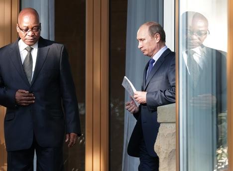 Durante as conversas com Pútin (dir.), presidente sul-africano Jacob Zuma enfatizou que a cooperação Rússia-África do Sul não é apenas importante no âmbito do Brics, mas também no G20 Foto: AP