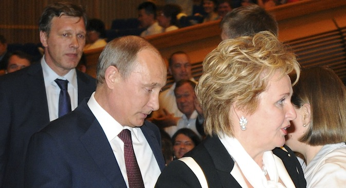 "Russia's President Vladimir Putin (C) and his wife Lyudmila (R) walk before watching the ""Esmeralda"" ballet at the State Kremlin Palace in Moscow, June 6, 2013. Source: Reuters / Michael Klimentyev / RIA Novosti / Kremlin"