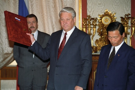 President of Russia Boris Yeltsin (centre) is pictured in 1992 at the ceremony of Boeing 747 black box rendering to South Korea. Source: Itar-Tass / Alexander Sentsov