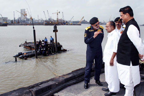 Indian Defence Minister AK Antony (second right) and the Indian Navy Chief Admiral D K Joshi (left) at the site of the explosion on INS Sindhurakshak in Mumbai on August 14, 2013. Source: Itar-Tass