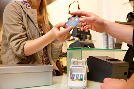 Bank card-armed European and Americans, who come to Russia for business or pleasure, often find it impossible to pay with their cards in shops or restaurants. Source: Alamy/Legion Media