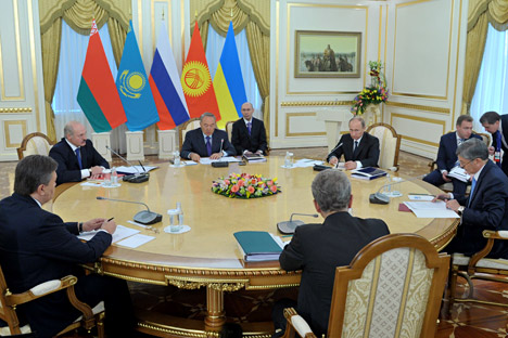Russian President Vladimir Putin, fourth right, Belarusian President Alexander Lukashenko, second left, and Kazakh President Nursultan Nazarbayev, third left, participated in a meeting of the Supreme Eurasian Economic Council, the highest body of the Customs Union and the Common Economic Space for Russia, Belarus and Kazakhstan on May 29, 2013. Kyrgyz President Almazbek Atambayev, second right, and Ukrainian President Viktor Yanukovych, left, were also present at the meeting. Source: Aleksey Nikolsky / RIA Novosti