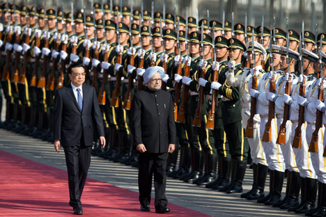 Indian Prime Minister Manmohan Singh is accompanied by Chinese Premier Li Keqiang as they inspect an honor guard during a welcome ceremony outside the Great Hall of the People in Beijing, China on October 23, 2013. Source: AP