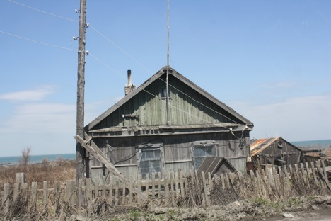 An old wooden house in the distant Khabarovsk region. Residents of distant regions are often resentful of the luxuries Muscovites enjoy. Source: RIR