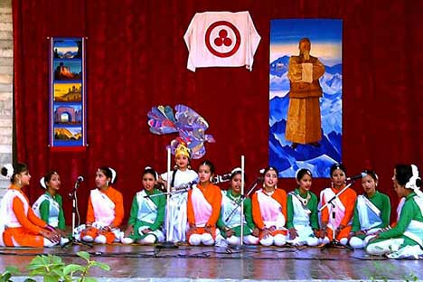 The program of the festival included a number of colorful Indian folk songs and dances. Source: Russian embassy in New-Delhi