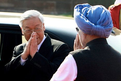 Vietnamese Communist Party General Secretary Nguyen Phu Trong (l) and Indian Prime Minister Manmohan Singh greet each other during a ceremonial reception at the Presidential Palace in New Delhi on November 20, 2013. Source: AP