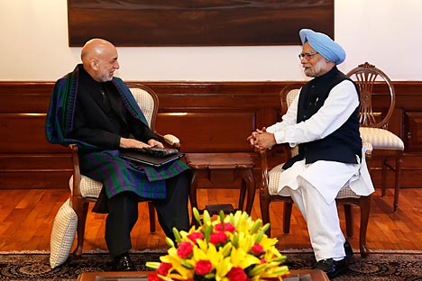 Manmohan Singh talks to Hamid Karzai in New Delhi on December 13, 2013. Source: AP