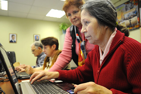 Seniors learn the Internet to talk with their friends, to use banking services and to watch the news. Source: Alexandr Kozhorin / RIA Novosti