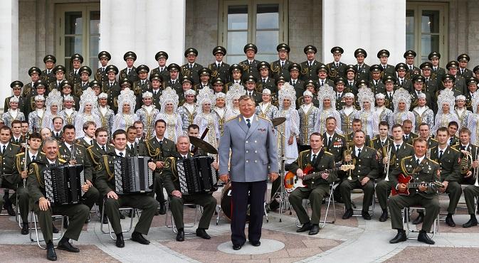 Viktor Yeliseyev (c) and his ensemble. Source: RG