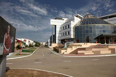 The main building of the City Chess complex in Elista. Source: JialiangGao / www.peace-on-earth.org