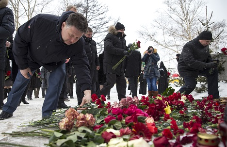 Sakhaliners lay flowers near Yuzhno-Sakhalinsk's Orthodox cathedral. Source: Itar-Tass