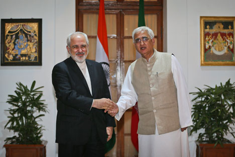 Salman Khurshid shakes hand with his Iranian counterpart Mohammad Javad Zarif, before delegation level talks, in New Delhi on February 28, 2014. Source: AP