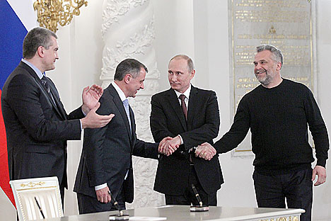 Russian President Vladamir Putin (second right), the State Council of Crimea Vladimir Konstantinov (second left), Chairman of the Council of Ministers of Crimea Sergei Aksyonov (left), and the mayor of Sevastopol Alexei Chaly. Source: Konstantin Zavrazhin / RG