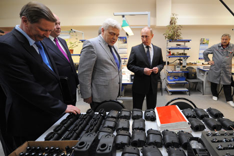 "Andrei Zverev (center) with Vladimir Putin at the Central Scientific Research Institute ""Tsiklon"". Source: RIA Novosti / Alexey Druzhinin"