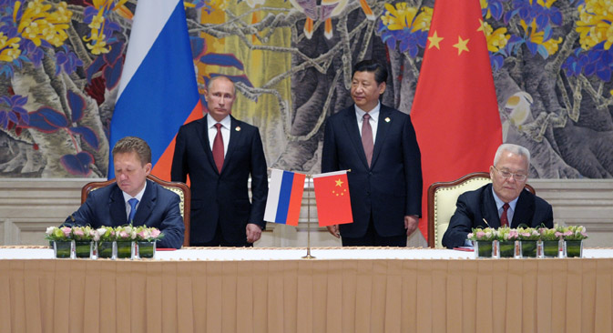 Russian Gazprom CEO Alexei Miller, foreground left, and China's CNPC head Zhou Jiping, foreground right, signing the 30-year deal. Source: AP