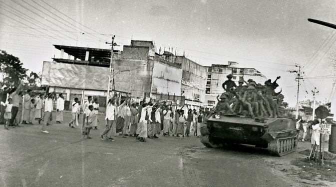 People cheer at an Indian Tank entering Dhaka, Bangladesh, in 1971. Source: Photoshot/Vostock-Photo
