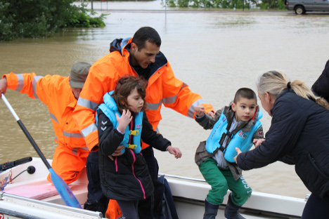 Officers of Russia's Ministry for Civil Defense, Emergency Situations and Disaster Relief aid residents of an inundated Serbian district. Source: RIA Novosti