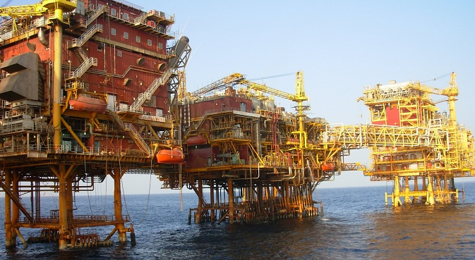 ONGC platform at Bombay High in the Arabian Sea. Source: Nandu Chitnis / wikipedia.org