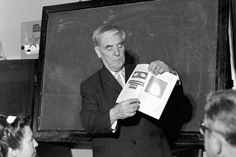 Academician Pyotr Kapitsa reporting on his new scientific discovery at the Inventions Committee of the USSR Council of Ministers. Source: RIA Novosti